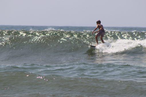 kids-surfing-lesson-wave